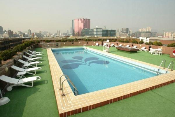 酒店泳池位處天台,景致開揚。
