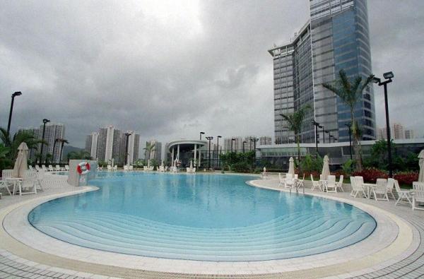 酒店的露天游泳池。