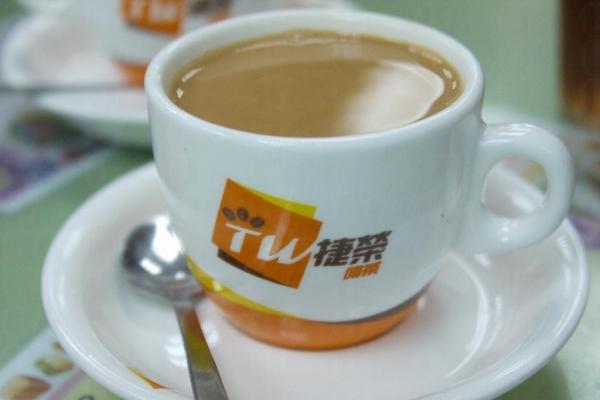老闆說奶茶除了茶葉與奶的配搭得宜之餘,「撞茶」的時間和溫度控制均很重要。( 相片來源:孫靜雯 )