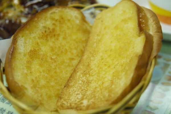 一杯奶茶配上蒜蓉排包是下午茶的必吃之選。( 相片來源:孫靜雯 )