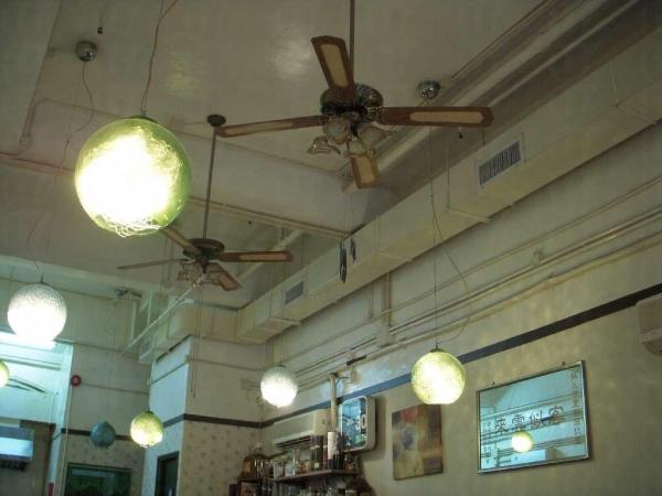 店內的吊燈和吊扇外形典雅,古色古香。