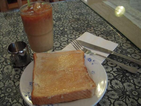 腐乳多士和凍奶茶($24),新奇有趣的配撘。