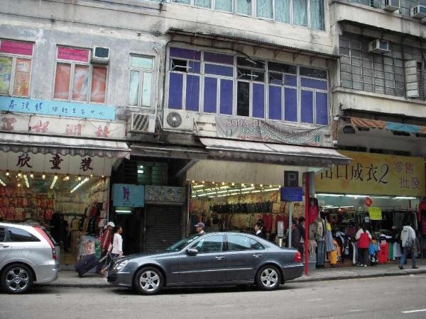 獅子石道的店舖主要批發性售賣成衣。