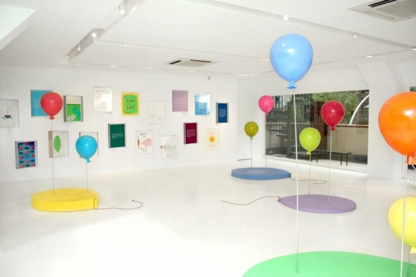 展覽揉合畫作以及裝置藝術,色彩斑斕。
