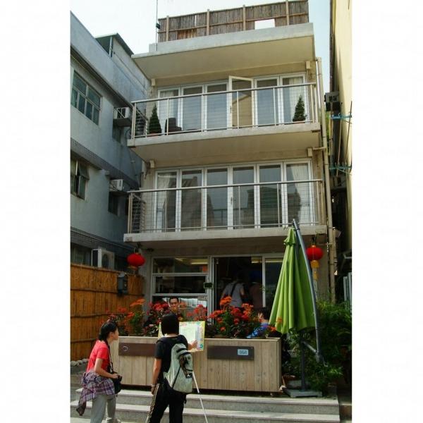 除了提供住宿外,Espace Elastique 亦是一間 café 及展覽場地。
