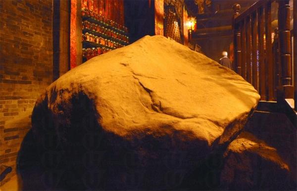 廟內擺放的巨石。