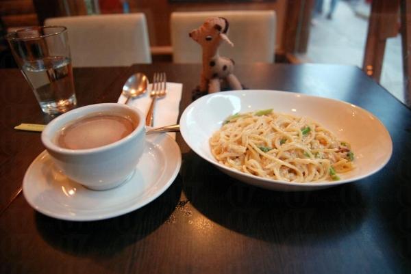 蟹肉露筍意大利粉配忌廉汁和熱咖啡。
