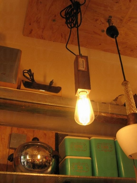 懷舊吊燈出自美國設計師設計,售價 $1,200。