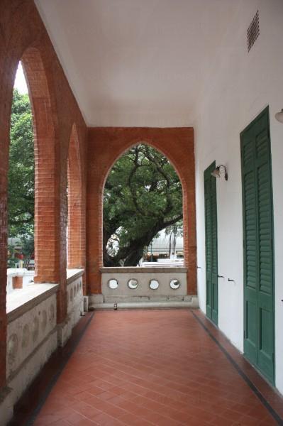 長廊是適應香港的氣候環境而建的。