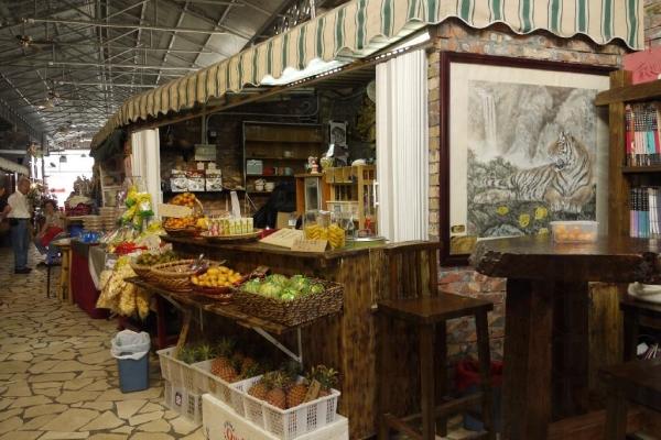 紅磚屋生果店門前有地方供顧客坐下。