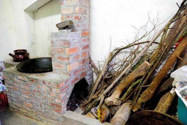 盈生農莊以傳統柴火方法煮菜。