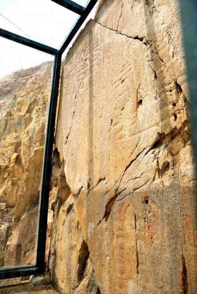 海邊的摩崖石刻,是 2,000 多年前人類文明的痕跡。