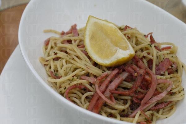 意大利煙燻辣肉意粉配上了橄欖油,十分惹味。