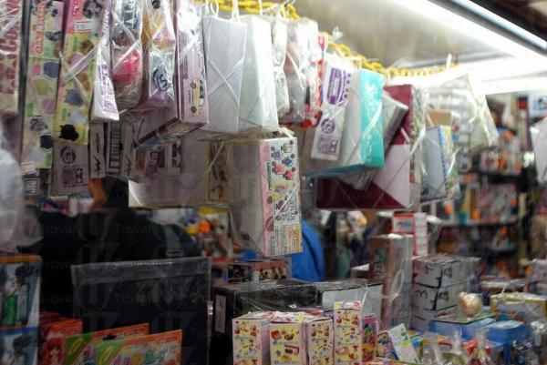 玩具太多,店裡有點擠擁。