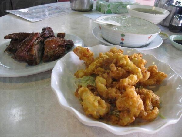 雞粥、乳鴿和椒鹽魷魚是錦記飯店的招牌菜。