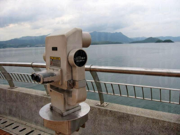 海濱長廊的望遠景鏡,方便觀賞對岸景色。