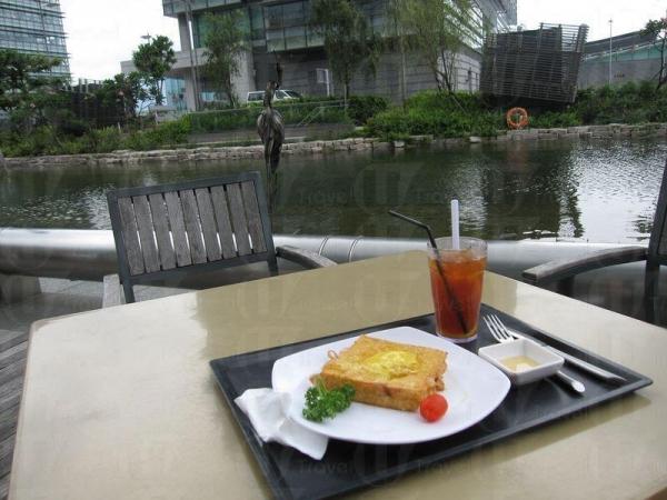 在湖邊嘆下午茶,寫意舒適。