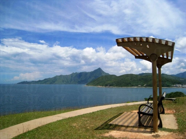 郊遊人士可於有蓋長椅坐下慢慢欣賞海景。