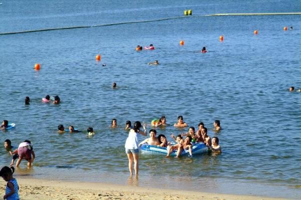 海灘的水上設施十分多。