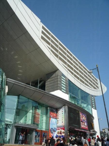 凌霄閣由英國著名設計師 Terry Farrell 精心打造,屬現代建築。