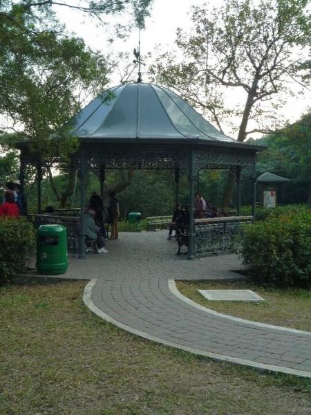 步道上設有涼亭,供行山人士休憩時靜享維港風光。(相片來源:Clara Lee)