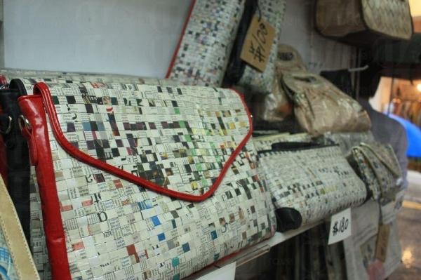 以報紙織成的袋,全經防水處理。
