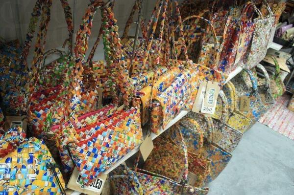 薯片裝和糖紙造的手袋七彩繽紛。