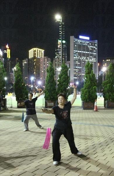 銅鑼灣的維多利亞公園向來屬香港市民的休憩處,可謂屬體察本風土人情的好去處。