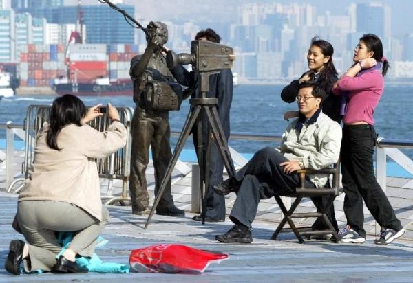 尖沙咀海濱長廊設有星光大道,當中的電影明星紀念牌匾與銅像更吸引不少遊人駐足拍照。