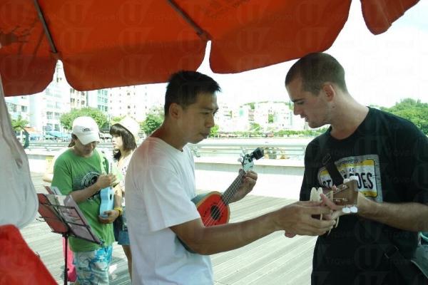 店主阿 Sam 會親自教遊客用小結他彈奏曲目。