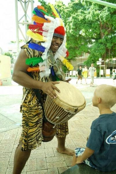 小朋友可跟表演者一起玩非洲鼓。
