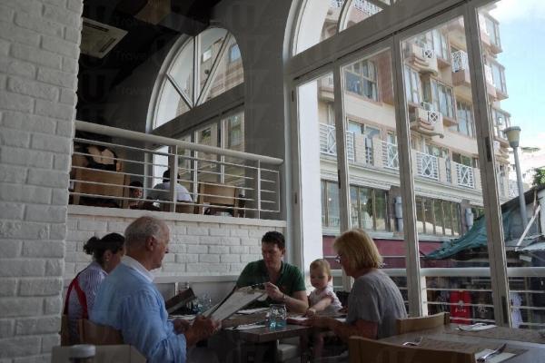 開敝的設計讓食客可欣賞街外風光。