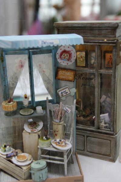 法式麵包店與飾櫃,其外觀媲美真實的店舖佈置。