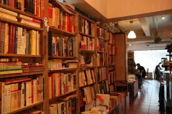 出電梯走過走廊是簡書店的一角,書籍都密密麻麻的排在書架上。