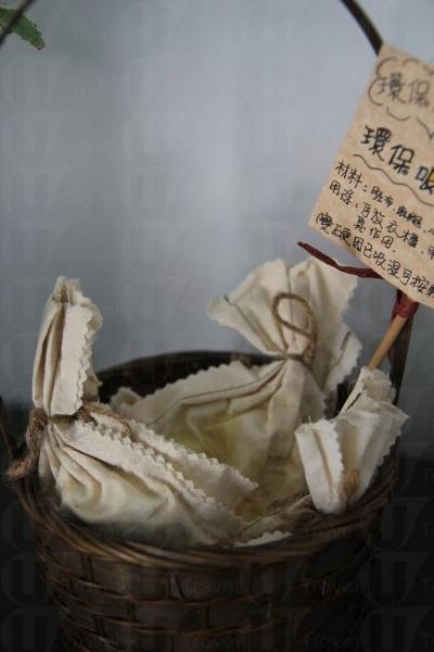 遊客可選購環保吸濕小香包,既可除去家中惱人的濕氣,亦可支持環保,一舉兩得。