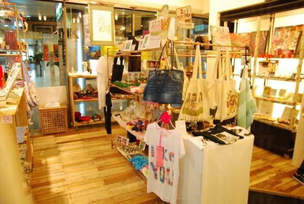 HKID Gallery 有七十多位創作人的作品,他們會不時更新貨品,讓顧客每次來都有新鮮感。