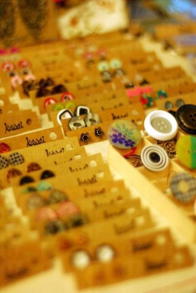 建築師 Kawai 設計的特色手製衫鈕耳環是少女必買精品之一。