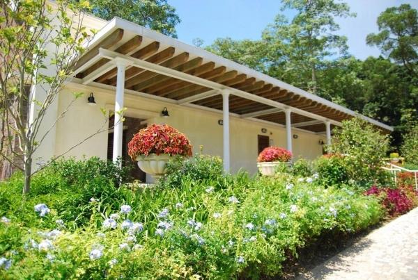 設計優美,到處種滿植物的建築物竟是柯士甸山道遊樂場的公廁。