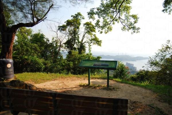 一旁的龍虎山行山徑可盡睹南中國海風景。