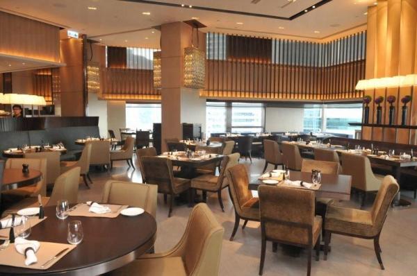 兩層高的樓底擴大了餐廳的空間感,使食客可舒適地品嚐美食。