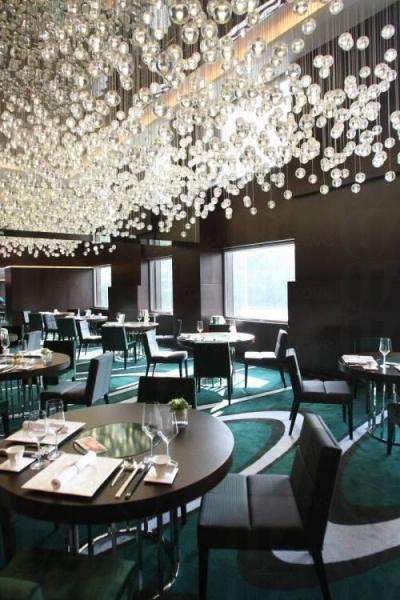 充滿華麗氣派的燈飾裝置及玻璃球吊飾。