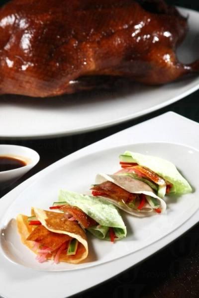 北京片皮鴨配三色薄餅。