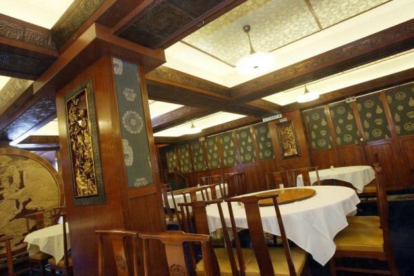 店內設計富有舊式酒家的色彩,餐牌還是以手寫影印,盡見小店情懷。