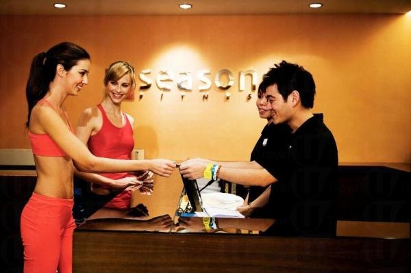 接待會員的員工展露出親切的笑容及提供殷勤的服務。
