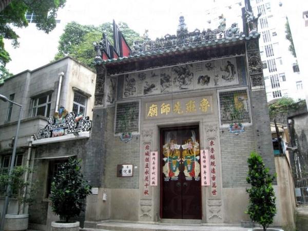 魯班先師廟建於高樓大間之間,有一種新舊交融之感。