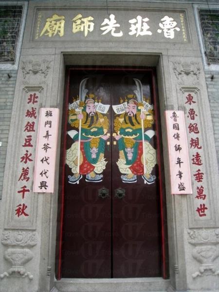 門口貼著左右門神。