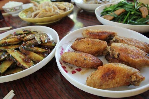 青瓜沙律清新惹味,雞翼香脆可口,是山澗會的招牌菜。
