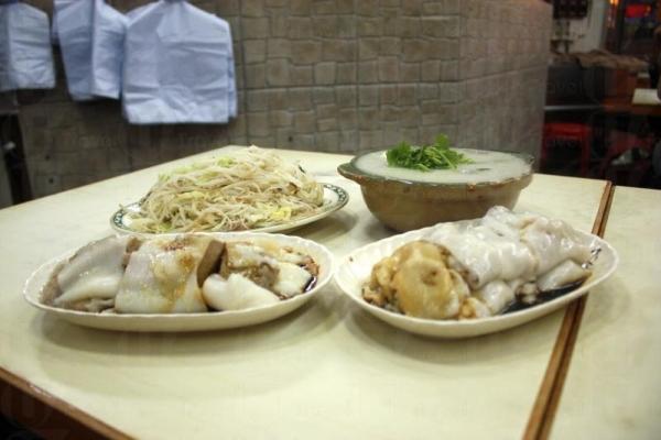 食齊店內的腸粉、炒麵、煲仔粥,價錢相宜。