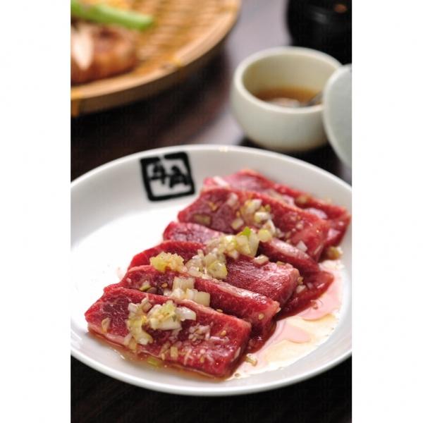「牛角」提供的上級牛助肉,色澤紅潤,脂肪分布均勻。