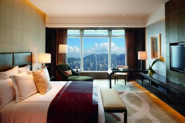 香港麗思卡爾頓酒店套房時尚優雅,還可飽覽維港景色。